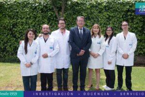 DR. CAMILO ZURITA Y DRA. JEANNETE ZURITA JUNTO A SU PERSONAL