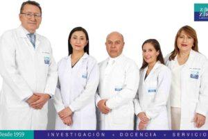 DR. CAMILO ZURITA Y DRA. JEANNETE ZURITA JUNTO A SU PERSONAL DE LABORATORIO